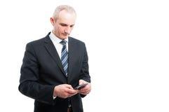 Portret starszy elegancki mężczyzna mienie texting na smartphone Zdjęcia Royalty Free