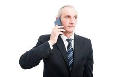 Portret starszy elegancki mężczyzna opowiada przy telefonem Zdjęcie Royalty Free