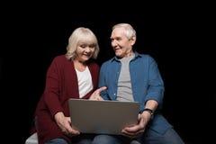 Portret starszy mężczyzna i kobieta używa laptop Obrazy Stock