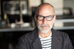 Portret Starszy mężczyzna Patrzeje kamerę Jest ufny zdjęcia royalty free