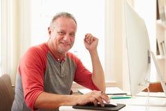Portret Starszy mężczyzna Używa komputer W Domu obraz stock