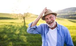 Portret starszy mężczyzna w wiosny naturze kosmos kopii Zdjęcia Stock
