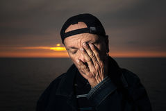 Portret starszy osamotniony zadumany mężczyzna Zdjęcia Royalty Free