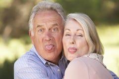 Portret Starszy pary ciągnięcie Stawia czoło Outside obrazy royalty free