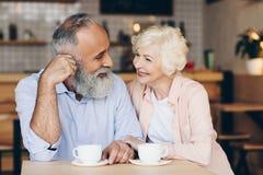 portret starszy pary obsiadanie przy stołową i pije kawą fotografia stock
