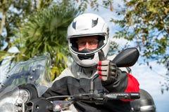 Portret starszy rowerzysta na jego motocyklu Zdjęcia Stock