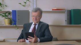 Portret starszych osob mężczyzna wideo wezwanie z przyjacielem rodzina obrazy royalty free