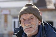 Portret stary człowiek z szarą brodą blisko starej ortodoksyjnej katedry w grodzkim Mtskheta blisko Tbilisi, Gruzja zdjęcia royalty free