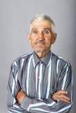 Portret stary człowiek z rękami składać Fotografia Royalty Free