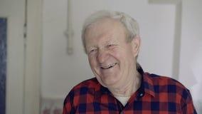 Portret stary przystojny mężczyzna śmia się przy kamerą 4K zbiory