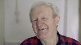 Portret stary przystojny mężczyzna ono uśmiecha się przy kamerą 4K zbiory
