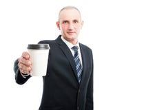 Portret starzejący się elegancki mężczyzna pokazuje filiżankę zdjęcia royalty free