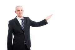 Portret starzejący się elegancki mężczyzna pokazuje reklamowego teren zdjęcia stock