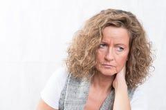 Portret sterke, teleurgestelde vrouw Stock Foto