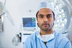 Portret stoi funkcjonującego teatr męski chirurg Obrazy Stock