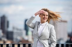 Portret stoi outdoors m?ody bizneswoman kosmos kopii obrazy royalty free