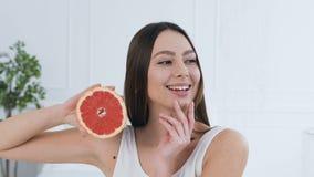 _portret strzelać przystojny młoda kobieta pozować z połówka grapefruitowy zdjęcie wideo