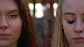 Portret strzelanina blondynka i brunetka która stoją stronę popieramy kogoś przeciw naturze - obok - zbiory wideo