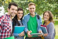 Portret studenci collegu z torbami i książkami w parku zdjęcie royalty free