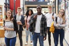 Portret Studencka grupa W Społecznym terenie Ruchliwie szkoła wyższa obraz royalty free