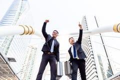 Portret succesvolle zakenlieden De knappe zakenman heft op royalty-vrije stock afbeelding