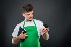 Portret supermarket pracodawcy mienia agenda patrzeje coffe Obrazy Stock