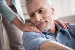 Portret sympatia starszy mężczyzna z jego żoną w domu fotografia stock