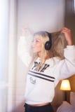 Portret szalona szczęśliwa dziewczyna słucha muzyka rockowa z hełmofonami Obrazy Stock