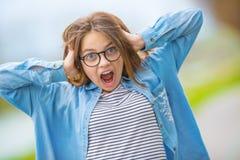 Portret szalona szczęśliwa smilling nastoletnia młoda dziewczyna z szkłami Zdjęcia Stock