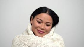 Portret szczęśliwa Azjatycka kobieta zakrywająca w białej koc zbiory wideo