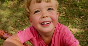 Portret szczęśliwa chłopiec w parku zbiory