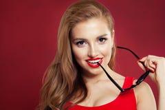 Portret szczęśliwa piękna kobieta Doskonalić kobieta modela twarzy zbliżenie na czerwonym tle zdjęcie royalty free