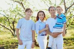 Portret szczęśliwa rodzina w lato parku zdjęcie stock