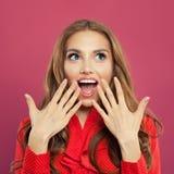 Portret szczęśliwa zdziwiona kobieta na kolorowym jaskrawym różowym tle Studio strzelał dosyć z podnieceniem kędzierzawa imbirowa fotografia royalty free