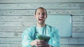 Portret Szczęśliwi samiec lekarki mienia euro banknoty zbiory wideo