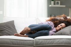 Portret szczęśliwa afroamerican kobieta na kanapie Zdjęcie Royalty Free