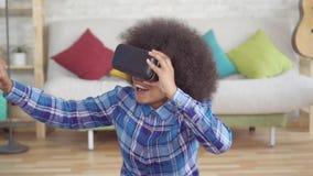 Portret szczęśliwa afrykańska kobieta z afro fryzurą w rzeczywistość wirtualna szkłach zwalnia mo zbiory