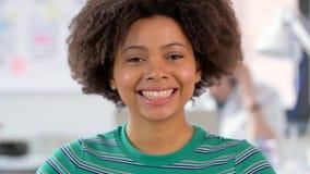 Portret szczęśliwa amerykanin afrykańskiego pochodzenia kobieta przy biurem zdjęcie wideo