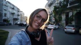 Portret szczęśliwa atrakcyjna młoda kobieta pozuje dla kamery Ono uśmiecha się, szczęśliwy styl życia Śliczna kobieta ono uśmiech zbiory