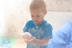 Portret szczęśliwa chłopiec mażąca z mąką fotografia stock