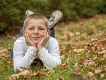 Portret szczęśliwa chłopiec w parku obrazy stock