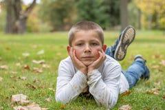 Portret szczęśliwa chłopiec w parku fotografia royalty free
