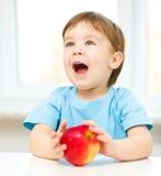 Portret szczęśliwa chłopiec z jabłkiem obrazy stock