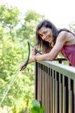 Portret szczęśliwa dojrzała kobieta nawadnia rośliny Fotografia Stock