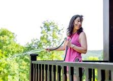 Portret szczęśliwa dojrzała kobieta nawadnia rośliny Zdjęcie Royalty Free
