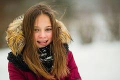 Portret szczęśliwa dziewczyna plenerowa przy zimą troszkę zdjęcie royalty free