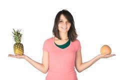 Portret szczęśliwa dziewczyna z ananasem i Obrazy Royalty Free