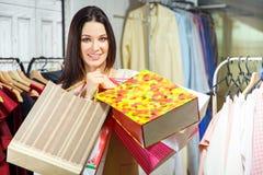 Portret szczęśliwa dziewczyna z zakupami Piękna kobieta z torba na zakupy w centrum handlowym nabywca sprzedaże Obrazy Royalty Free
