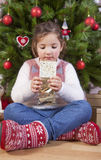 Portret szczęśliwa dziewczyny łasowania czekolada Fotografia Royalty Free