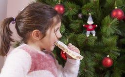 Portret szczęśliwa dziewczyny łasowania czekolada Obraz Royalty Free